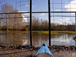 el camp de futbol de Garcia inundat vist des de la piragua
