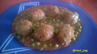 Mandonguilles de seità amb tomàquet i pèsols