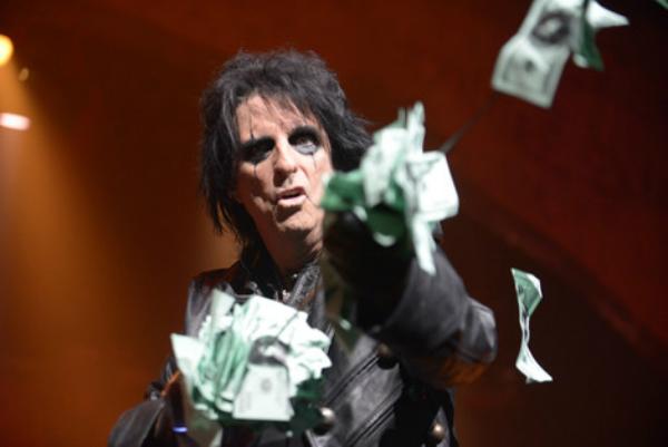 Alice Cooper reparte dinero en efectivo en pleno concierto