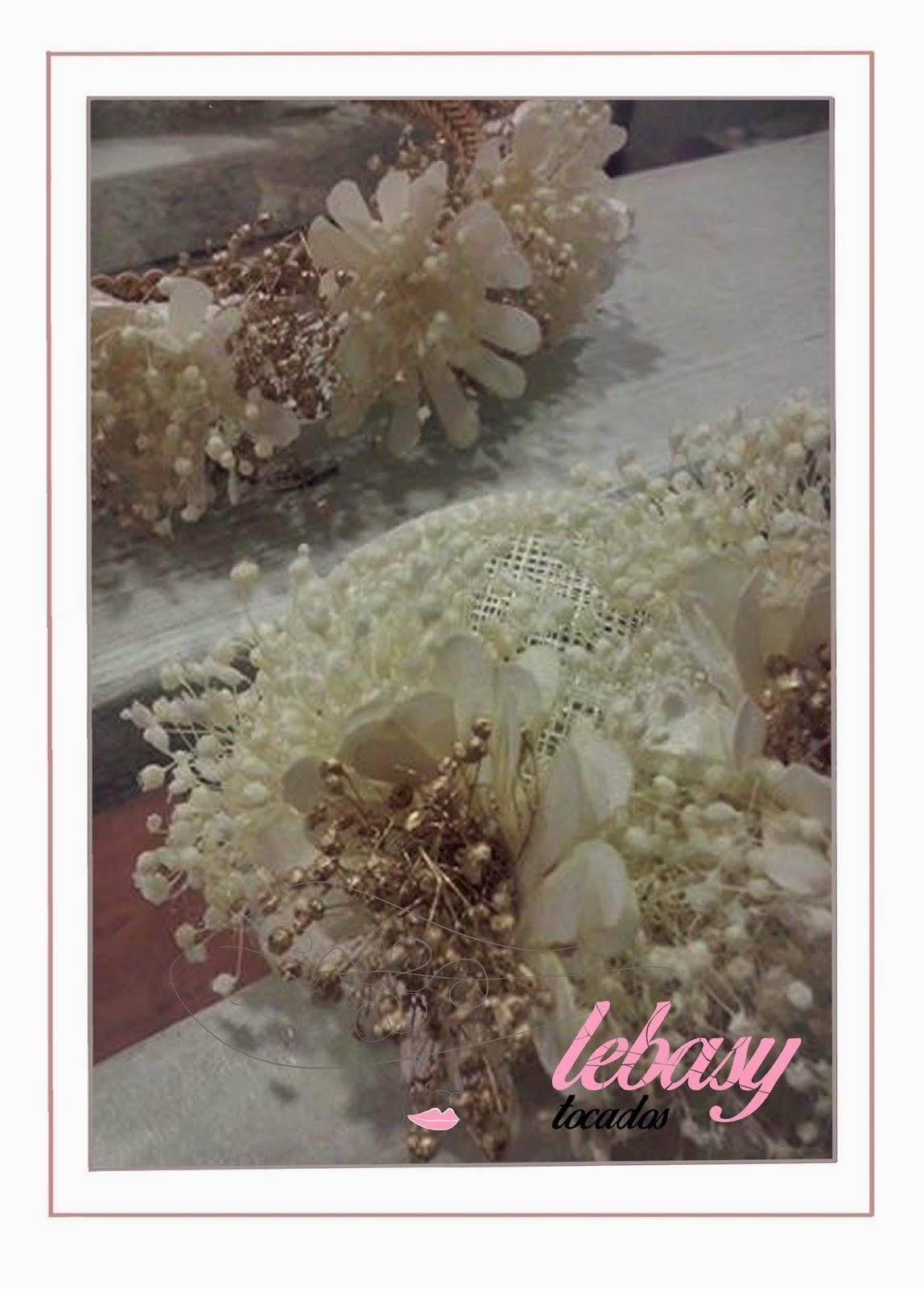 Flores secas en Tocados Comunion de Lebasy Tocados