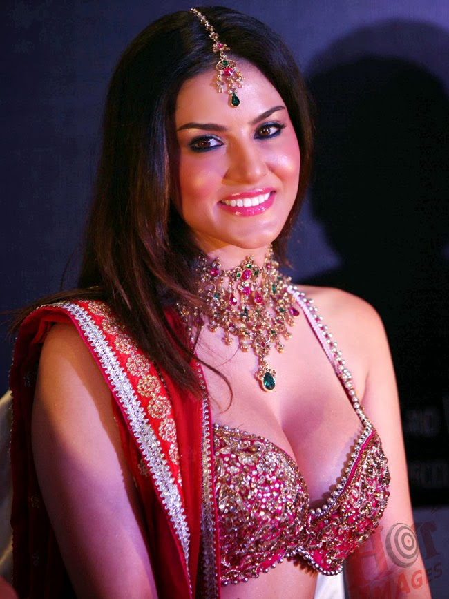 Sunny Leone hot pictures in pink dress