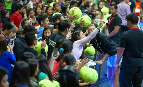 She's not only beautiful in outside the field, and this time, Maria Sharapova proved it again when she participated in the exhibitions competition at Manila, Philippines on Saturday, November 29, 2014.