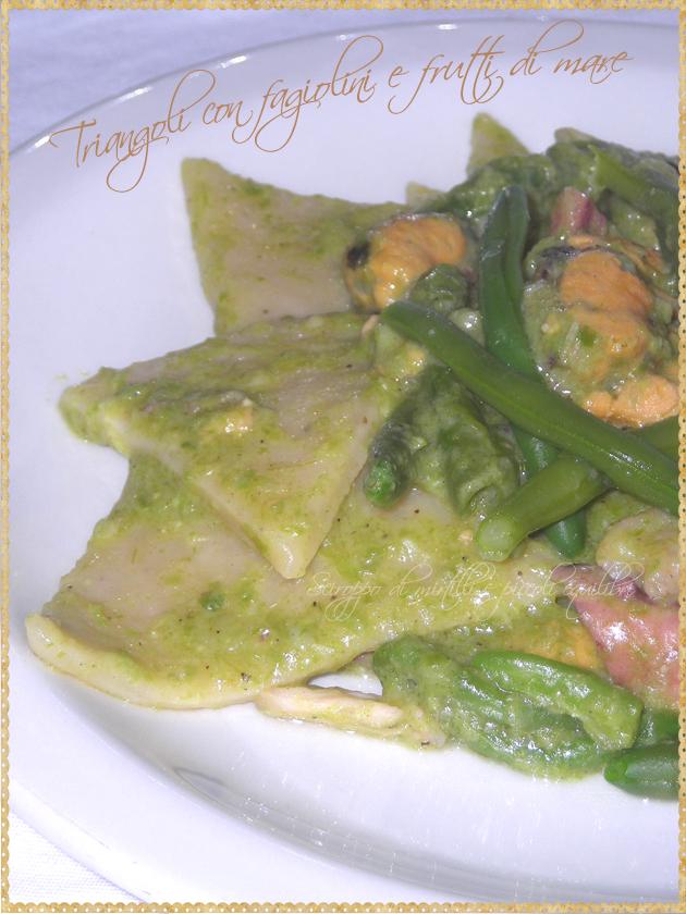 Pasta a forma di triangolo con fagiolini e frutti di mare