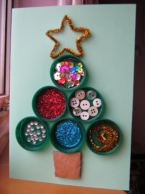 http://thecraftartykid.blogspot.com.es/2010/12/bottle-top-christmas-tree.html