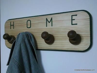 Hacer colgador utilizando piezas torneadas de cortina. www.enredandonogaraxe.com