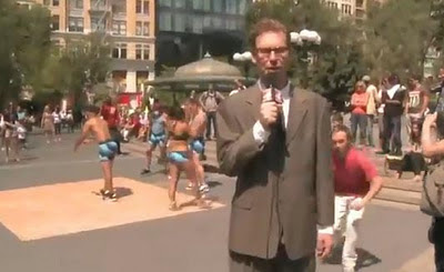 bromista le baja el pantalón al reportero en vivo y en directo en la calle