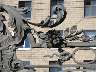 Кованая ограда сада Зимнего дворца в парке 9 января на проспекте Стачек