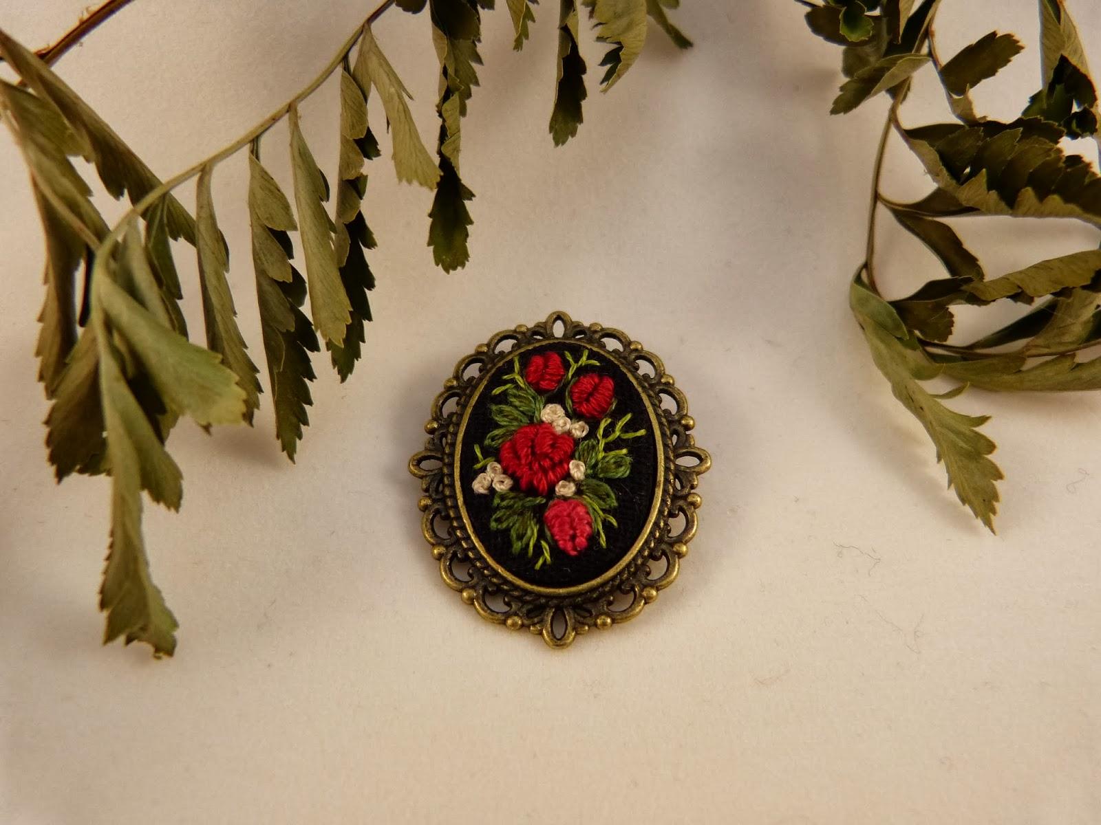 haft rococo, embroidered brooch, haftowane róże, haftowana broszka, broszka z haftem, embroidered jewerly, broszka, vintage, medalion z haftem, handmade jewerly,