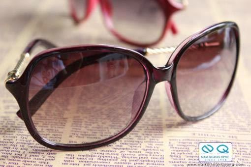 Kính mắt thời trang không chỉ giúp ta tránh nắng chiếu trực tiếp vào mắt mà còn ngăn bụi, ngăn côn trùng vô tình bay vào làm hại mắt, đồng thời khi đeo mắt kính chúng ta sẽ cảm thấy tự tin và an toàn hơn.