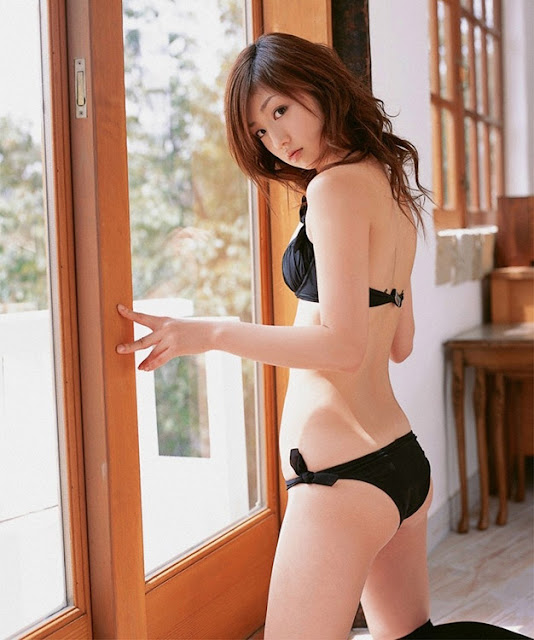 Super Model Yuko Ogura sexy with black bikini