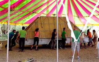Voluntarios en el montaje de la carpa