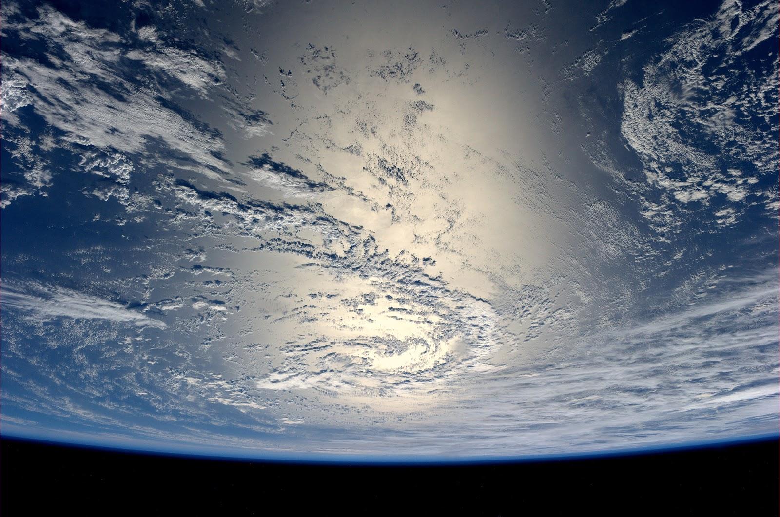 Очень красивую фотографию Земли, сверкающей в лучах Солнца сделал астронавт Александр Герст