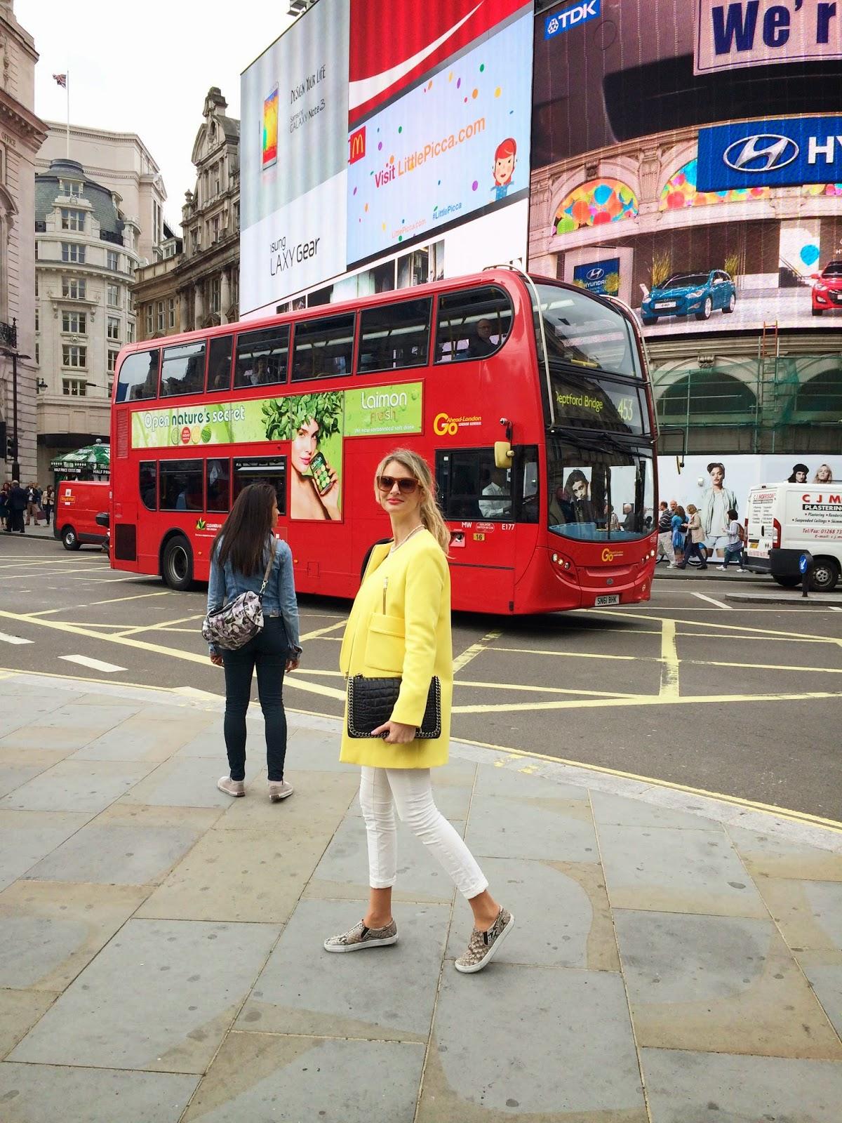 London, Piccadilly, london bus, red bus, zara coat, yellow coat, zara yellow coat, white jeans, skinny jeans white, slipons, snakeprint slipons, zara croco bag, london fashion blogger, london street style