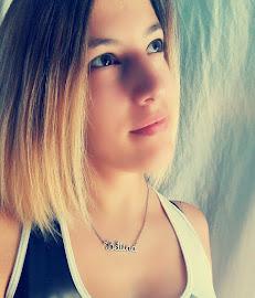 Lány a blog mögött