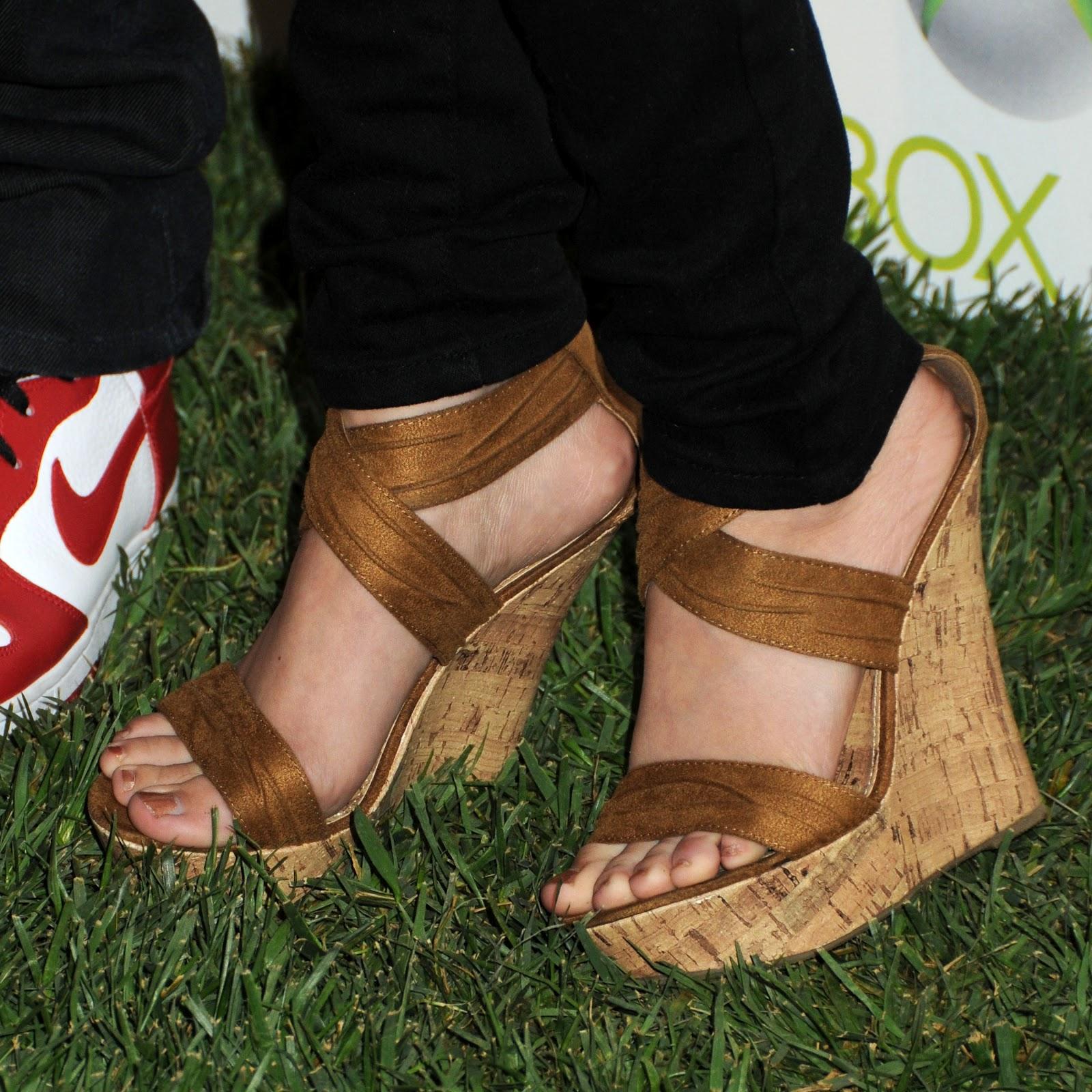 http://4.bp.blogspot.com/-nGgf8BmZ2qU/UGNidqphOII/AAAAAAAAA6c/tF2WRWJGZLg/s1600/sarah-hyland-shoes-leg-wallpaper.jpg