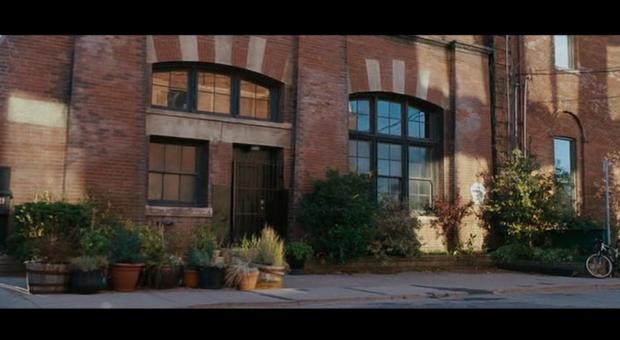 Vista del loft industrial de Leo en Todos los días de mi vida