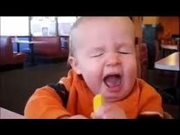foto lucu bayi makan jeruk
