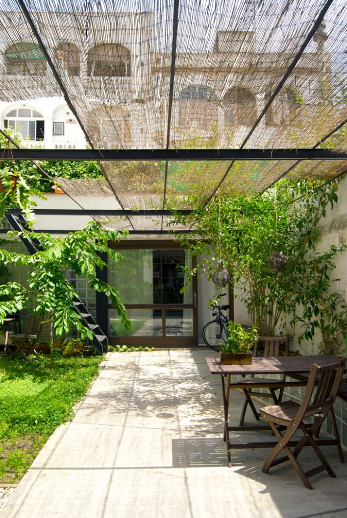 Baño Con Jardin Interior:blanco vintage: REHABILITACIÓN DE UNA CASA CON JARDÍN EN BARCELONA