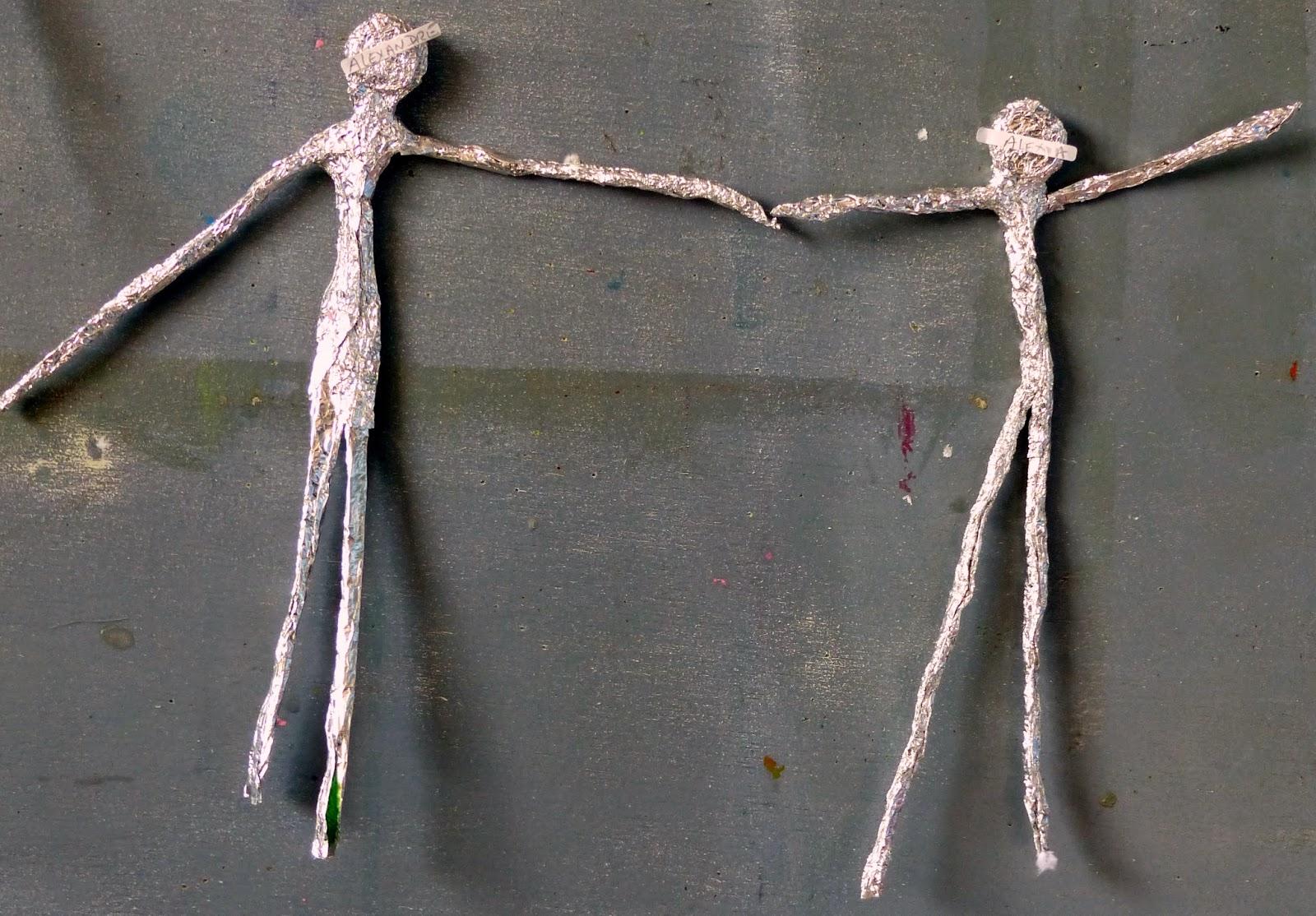 sculpture en papier alu selon Giacometti en maternelle
