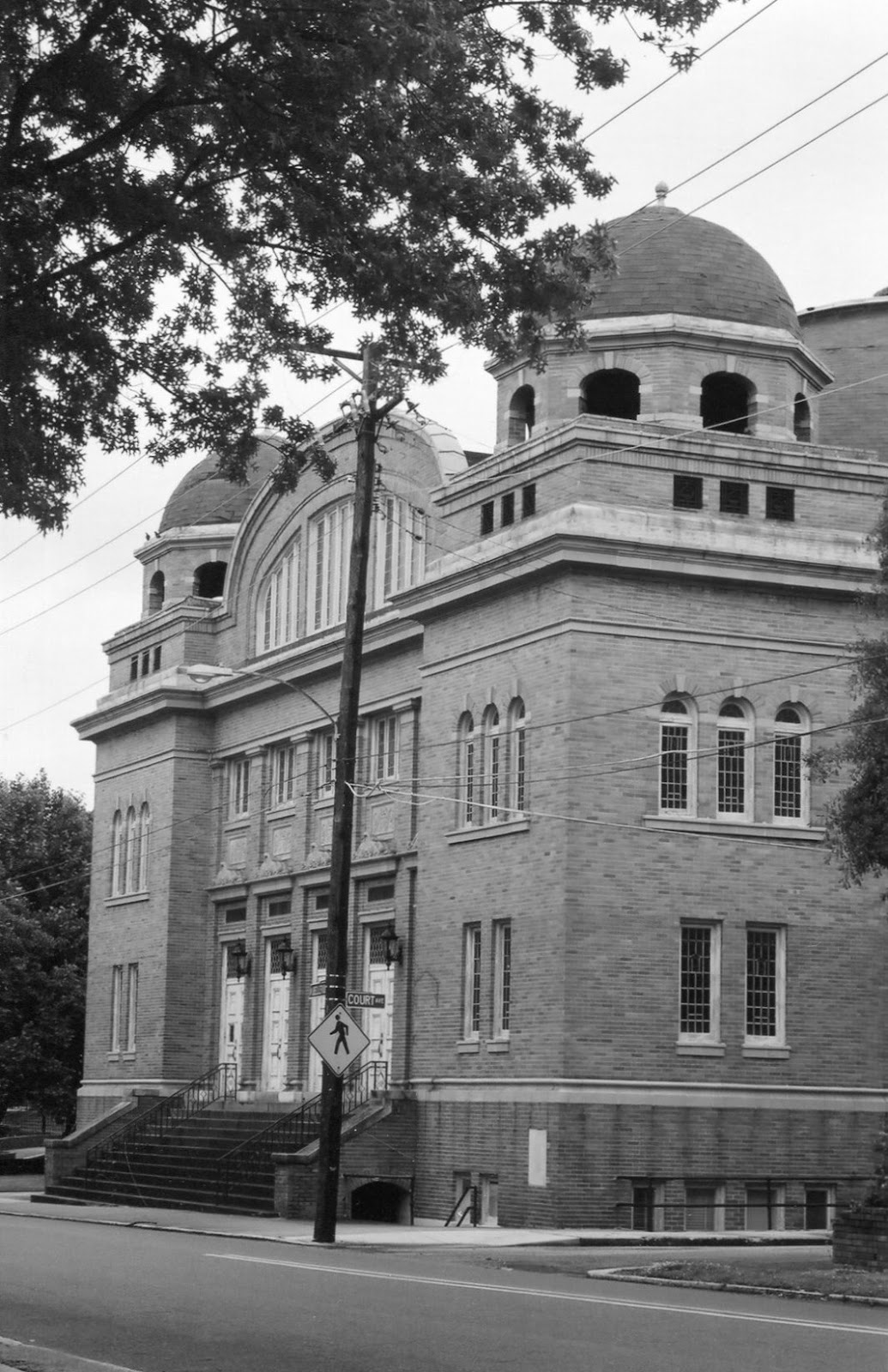 the building s close proximity to both court avenue the side street and bellevue boulevard indicates it was built at a time when a major portion of its