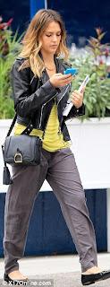 Jessica Alba uses Nokia Lumia 900