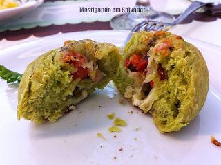 Granulado Café & Bistrô: Pão de Espinafre recheado com Queijo, Tomate e Bacon do Couvert