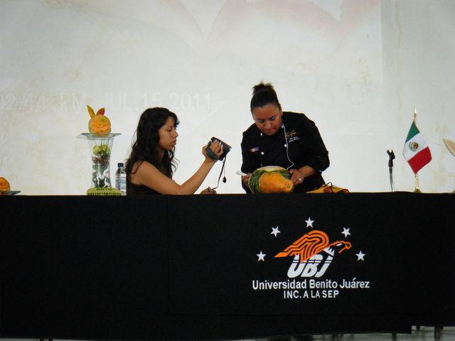 EL EQUIPO DE FRUTARTE REALIZANDO EL TALLER DE ESTILISMO CULINARIO (MAYTE JIMENEZ MARTINEZ))