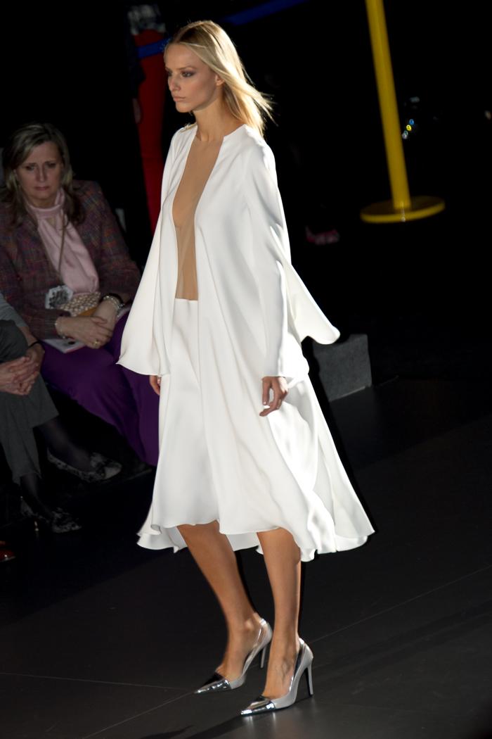 Vestido blanco Juana Martín desfile con zapatos salón metalizados de Zara FAshion week Madrid blogger española moda