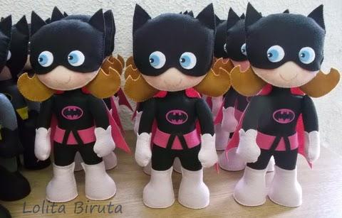 Boneca Batgirl em feltro com 25 cm de altura