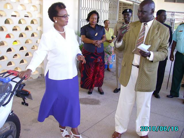 Mkuu wa mkoa wa Tanga Luteni Mstaafu,Chiku Gallawa akipata maelekezo ya Pikpiki hizo