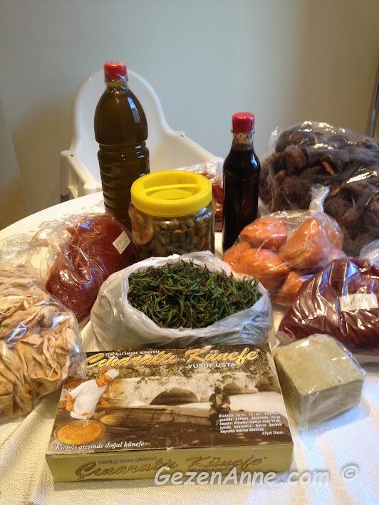 eve gelen Hatay yöresel lezzetleri, kırık zeytin, zahter, künefe, nar ekşisi, sürk, zeytinyağ, salçalar, kurular