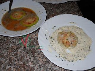 Rebozar los tomates en huevo y luego en harina y pan rallado.