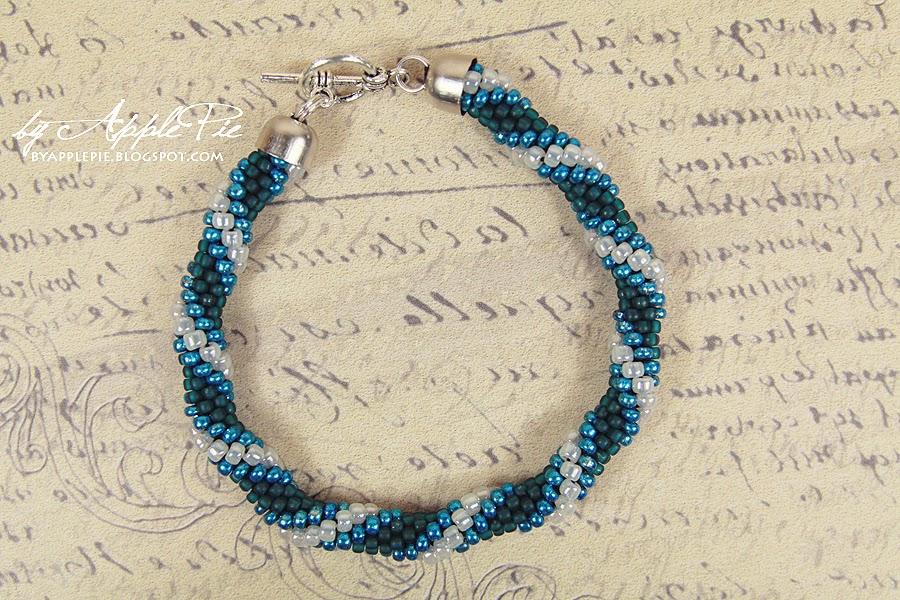 niebiesko-biały sznur koralikowy