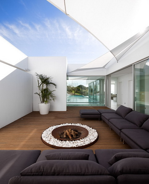 Closed terrace of Modern Villa Escarpa by Mario Martins