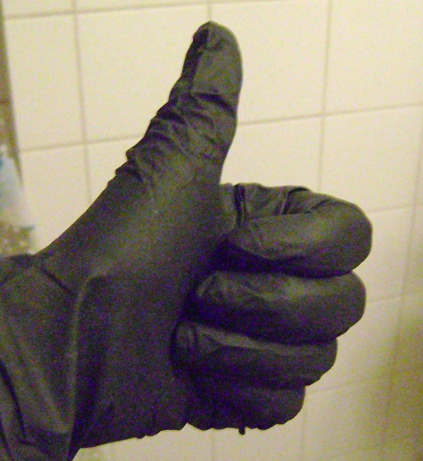 Nu kun je de henna door je haren smeren gebruik hier wel handschoenen