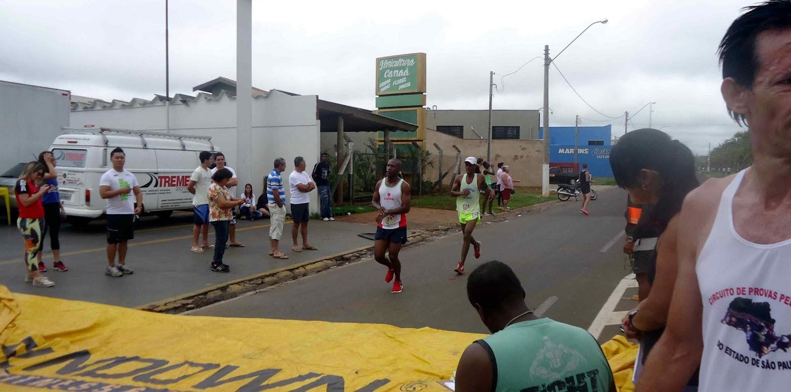 Foto 89 da 1ª Corrida Av. dos Coqueiros em Barretos-SP 14/04/2013 – Atletas cruzando a linha de chegada