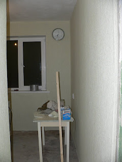 кухня в процессе поклейки обоями - вид из коридора