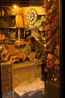 Venecia, artesano de máscaras