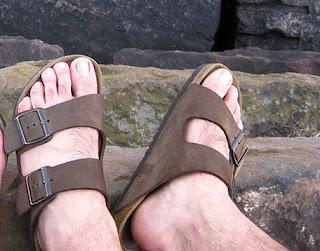 Homem usando sandálias Birkenstock - Pés Masculinos - Male Feet
