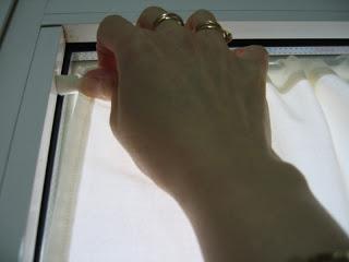 Colocar las cortinas sin hacer agujeros construccion y for Perchas para puertas sin agujeros