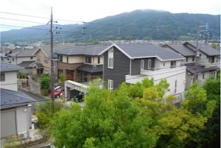 De ma fenêtre: les collines vers l'ouest  et la nappe urbaine qui vient buter contre