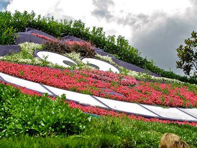 Alice's-Curious-Labirinth-Disneyland-Paris
