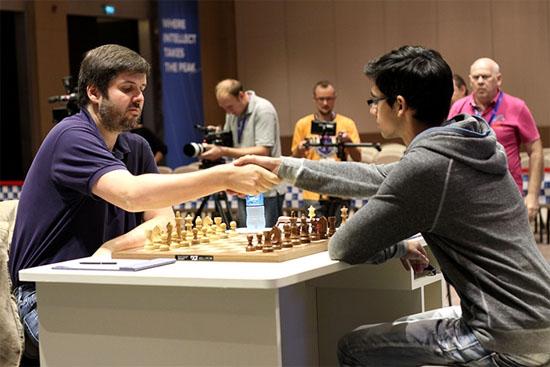 Le Russe Peter Svidler annule avec les Blancs ce qui lui permet d'éliminer Anish Giri et d'accéder à la finale de la coupe du monde d'échecs - Photo © site officiel