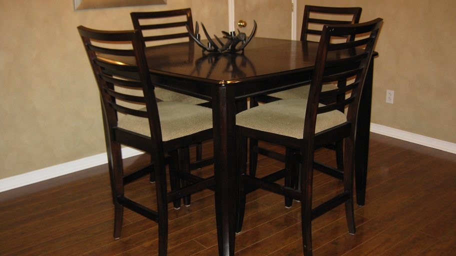 The garage mobilia pub table and 6 chairs 500 for Table 6 chaises kijiji
