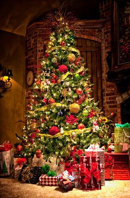 Pinito navideño con esferas de colores y regalos