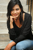 Hebah Patel glam pics in black top-thumbnail-14