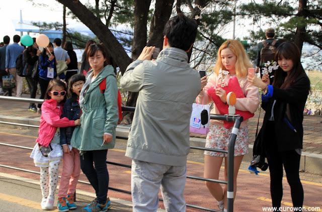 Mucha gente tomándose fotos con los cerezos en flor en Yeoduido