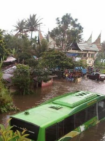 foto/ gambar mobil family raya terendam banjir di kacang kayu padang panjang