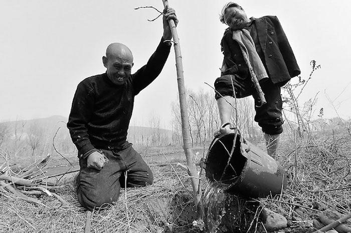 Hombre ciego y su amigo sin brazos han pasado 10 años plantando 10.000 árboles en China