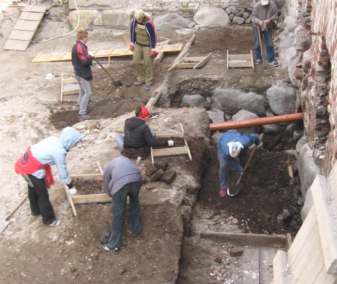 В москве найдены старинные немецкие надгробия.